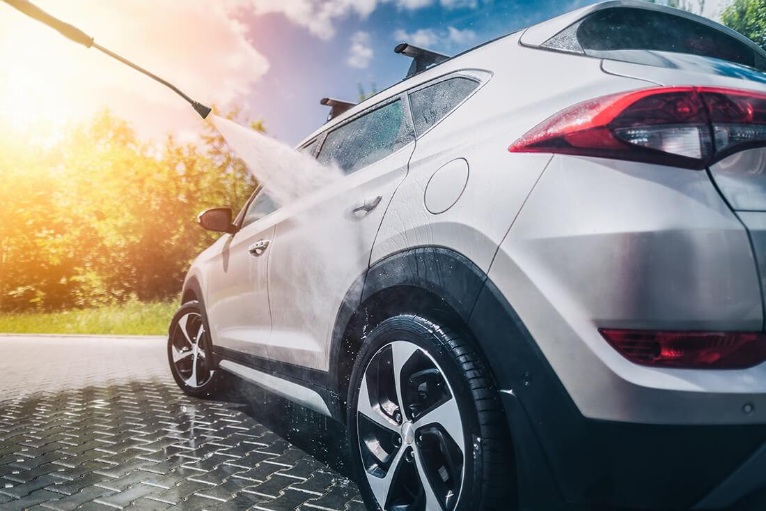 Lavare auto consuma molta acqua